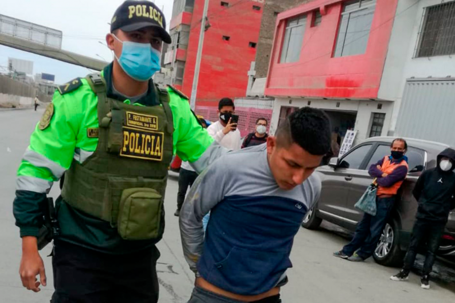 Policía-Nacional-del-Perú-contra-delincuentes-por-Carlos-Alberto-Aguilar-Meza
